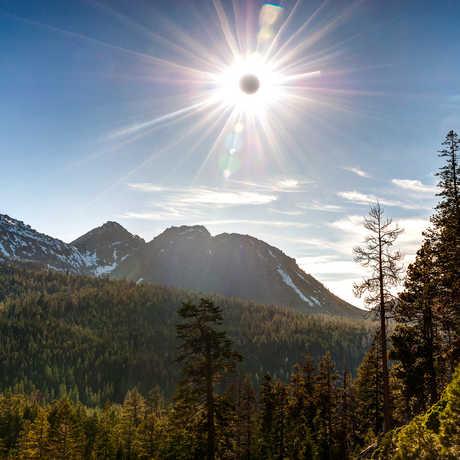 Annular Eclipse, photo by Eric Leslie (CC BY-NC-SA 2.0)