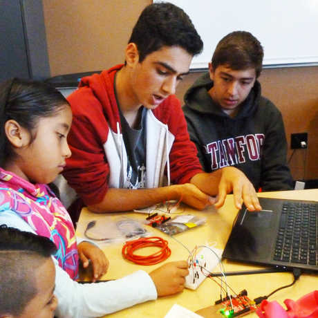 Teen-helps-kids-with-laptop-and-circuit-board_Credit-Bay-Area-STEM-Ecosystem